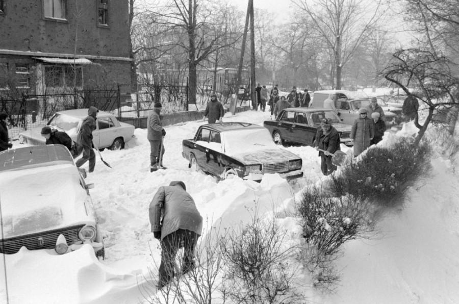 Hogy miért takarították el régen a havat az emberek a házuk előtt? Két oka volt.