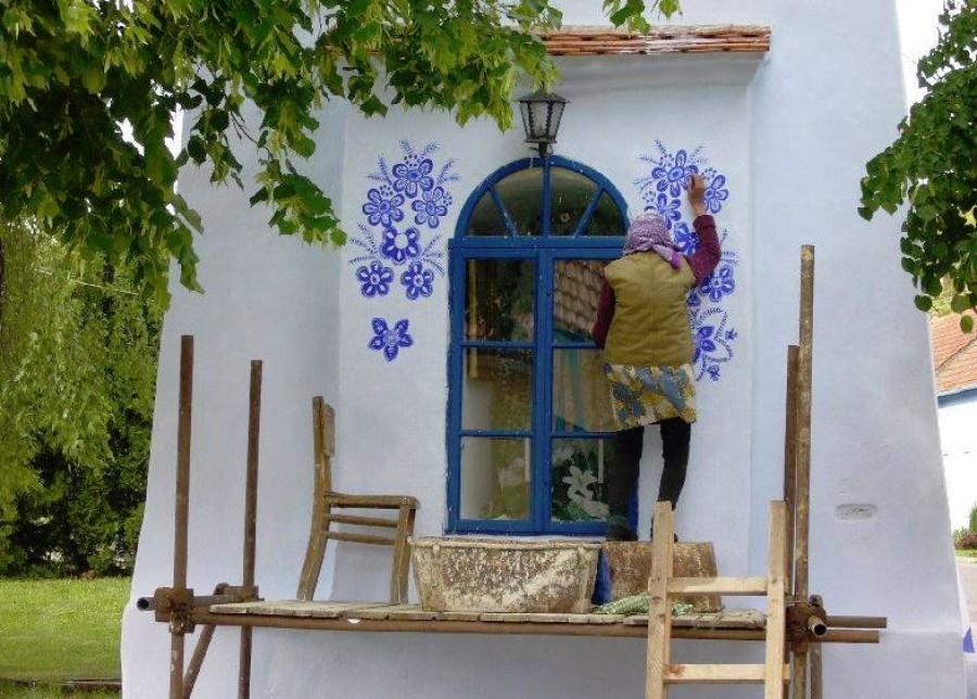 A 90 éves Ágnes eldöntötte, hogy maga festi le a falat. Azóta turistalátványosság a háza.