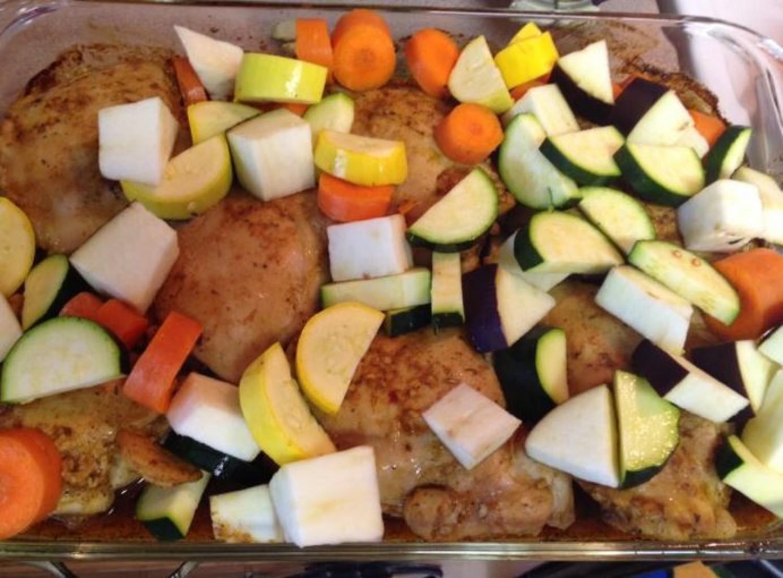 Zöldséges csirkecombok fűszeresen, borban sütve – ízletes falatok!