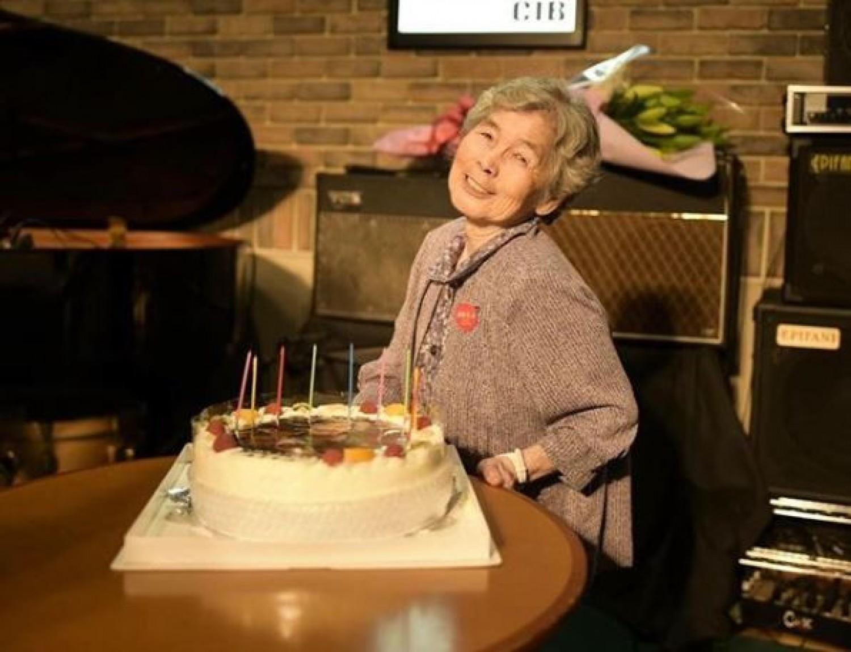 Ez a hölgy kiérdemelte a világ legviccesebb nagymamája címet