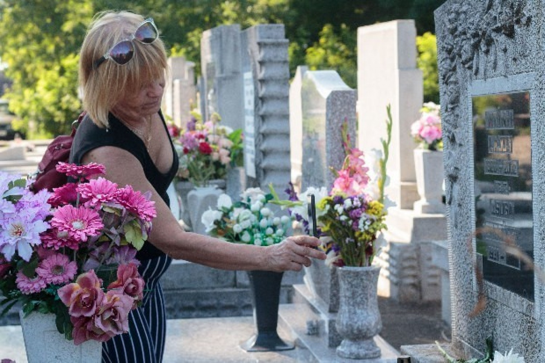 Meghökkentő új divat a temetőben: ezt teszik a sírkövekre