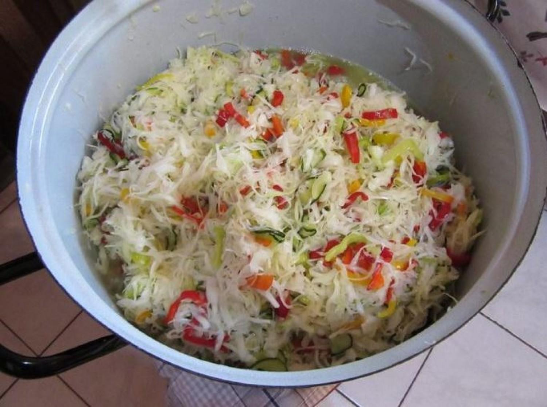 Káposzta, uborka, hagyma - lereszeled, ízesíted, üvegbe teszed és már kész is