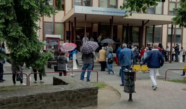Hatalmas tömeg a szakrendeléseken: a tűző napon vagy épp esőben kell várni a vizsgálatra érkezőknek