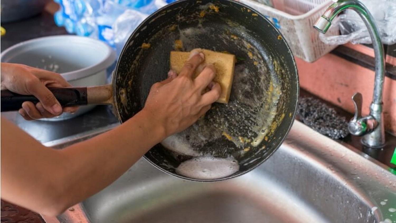 Miért nem szabad elmosogatni a forró serpenyőt hideg vízzel?