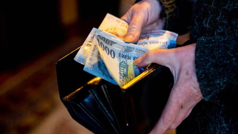 Friss bejelentés: ennyivel emelkedik a nyugdíj január 1-től