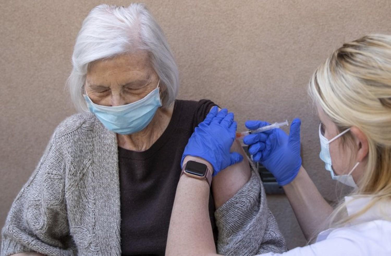 Norvég szakemberek véleménye: a 80 évnél idősebbek beoltása kockázatos lehet