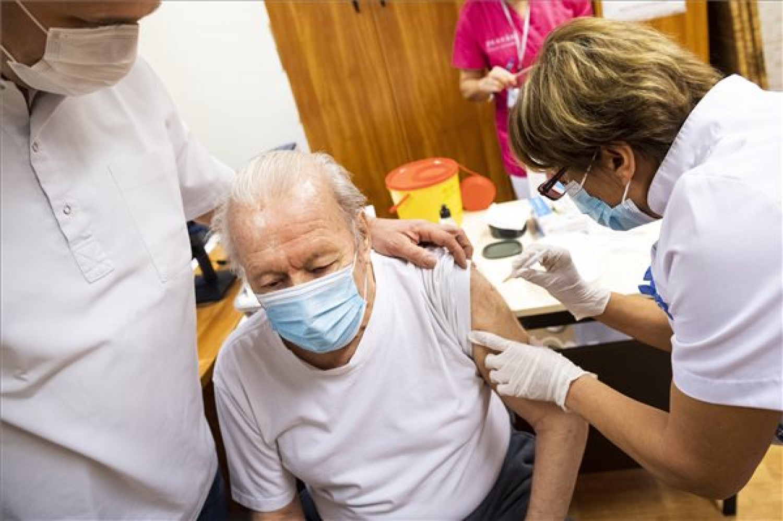 Kiderült, hogy az idősek beoltása túlságosan kockázatos!