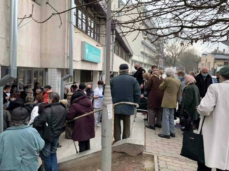 Tömegjelenet az oltási helyszínen - 400 idős ember várt az épület előtt az oltásra