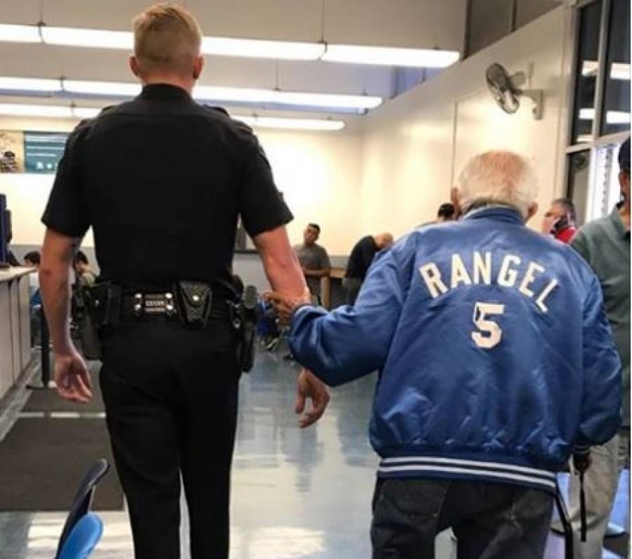 A banki alkalmazottak rendőrt hívtak, mert nem boldogultak az idős ügyféllel.