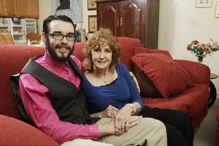 Fia temetésén találkozott először a most 19 éves sráccal a 72 éves nő, házasság lett a vége