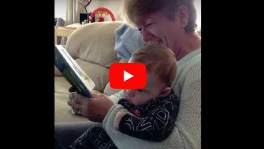Röhögőgörcsöt kapott a nagymama, miközben az unokájának olvasott